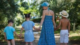 Россиянка отказалась опекать своих детей после того, как суд установил, что она ведет «аморальный» образ жизни - из-за татуировок и пирсинга